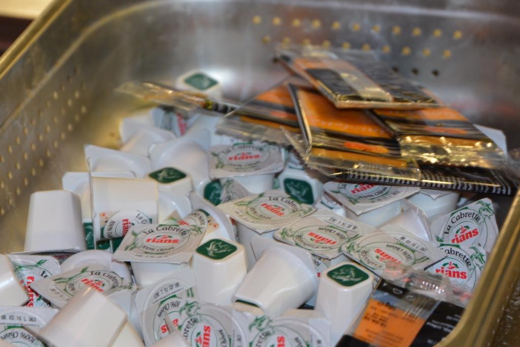 Les portions individuelles de fromage sous emballage plastique.